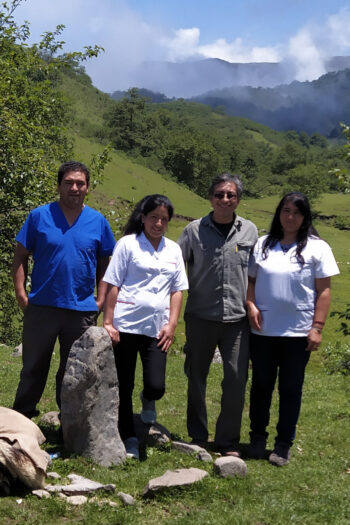 Víctor Orellana and his health care team of three persons