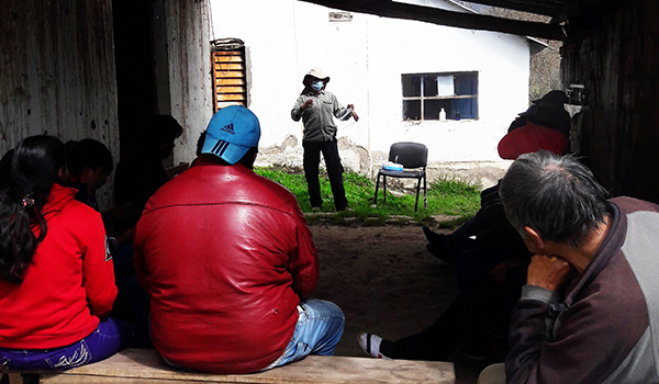 Health care worker Víctor Orellana is engaged in the community. Here he is talking before the people in the community